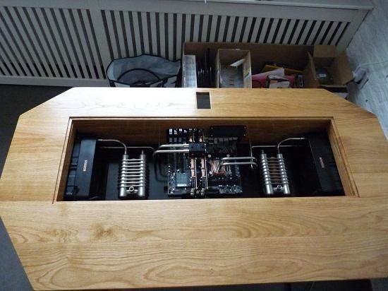Un mod PC intégré dans un bureau