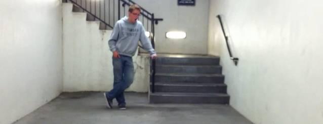 Il chante le thème de Halo seul dans une cage d'escalier.